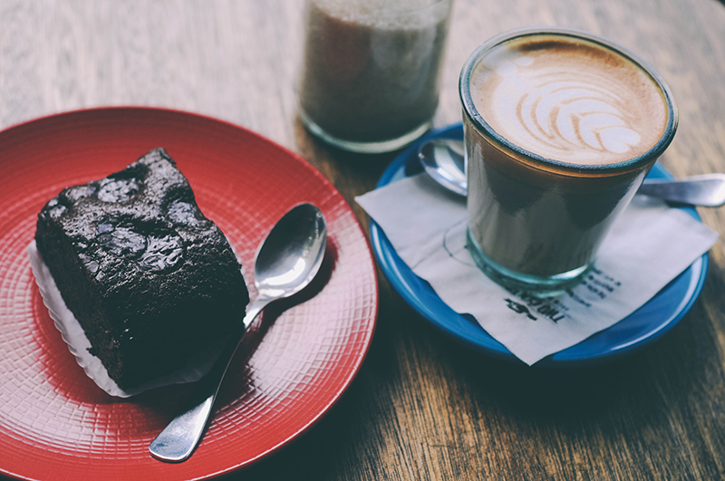 two_cents_coffee_shop_bandung_brownie_cappuccino